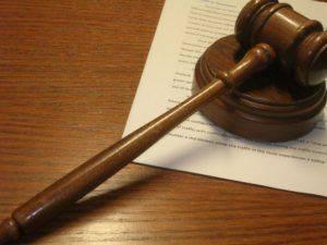 Судейский молоток на бумаге